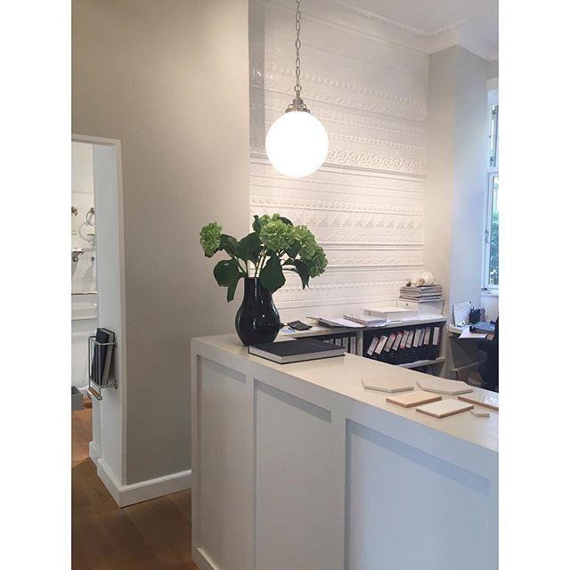 Vi elsker vores dekorative hvide flisevæg på kontoret, fin ikke? #aquadomo_dk #tiles