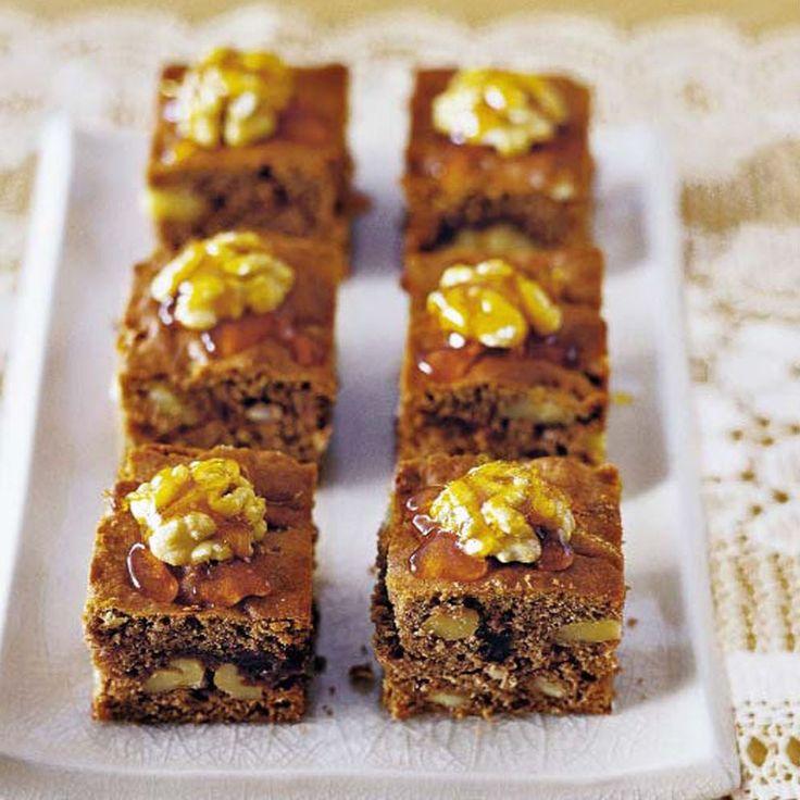 Probieren Sie unser Rezept für leckeren Honigkuchen mit Walnüssen. Eine Prise…
