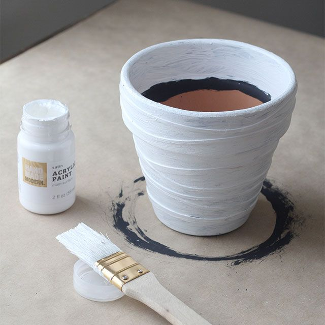 Easy stripes on a pot by using rubber bands