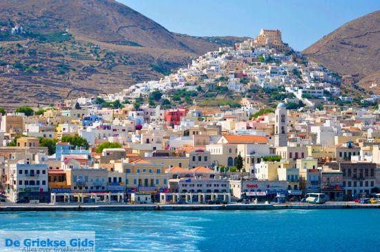 Vanuit Athene kan je heel gemakkelijk de Griekse eilanden bezoeken. Je koopt een kaartje in de haven, stapt eenvoudigweg op de boot en komt er vanzelf. Wil je niet al teveel tijd kwijt zijn met het varen, dan kan je kiezen voor een van de vele eilanden dichtbij Athene. . - Griekenland weblog