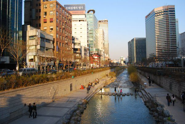 Damos un paseo por el arroyo Cheonggyecheon de Seúl, uno de los lugares más bonitos y románticos de la ciudad  http://elpachinko.com/viajes-corea/que-ver-en-seul-arroyo-cheonggyecheon/