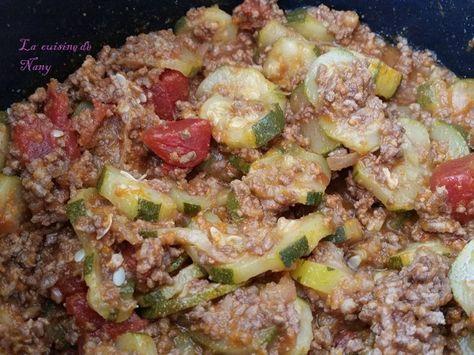 """Ingrédients: 1 kilo de courgettes 1 petite boîte de tomates au jus 1 cube de Kubor 400 ou 500 g de viande hachée 1 oignon Sel, poivre Préparation: En mode """"Dorer"""" faites revenir l'oignon et la viande pas longtemps juste le temps du """"préchauffage"""". Stoppez..."""
