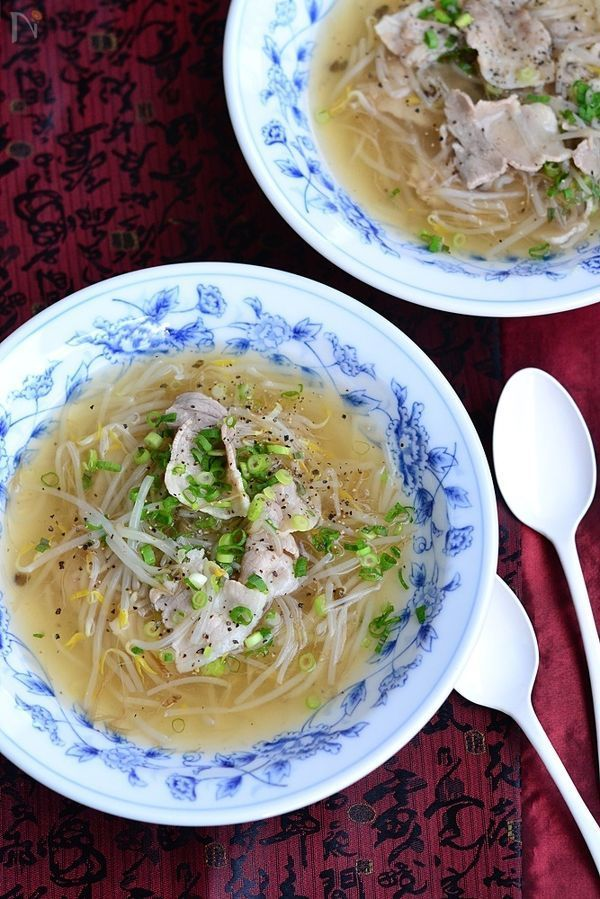 かつお節の上品なだしが効いて、もやしはシャキシャキ、豚バラ肉のうま味が染み出すさっぱりスープは節約レシピです。