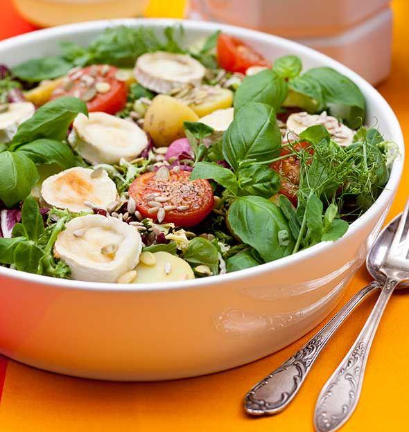 Peruna-vuohenjuustosalaatti on loistava pihajuhlien tarjottava tai kesäpäivän lounas.Peruna-vuohenjuustosalaatissa on perunoita, paahdettua vuohenjuustoa ja tomaatteja, yrttejä sekä siemeniä tai pähki...