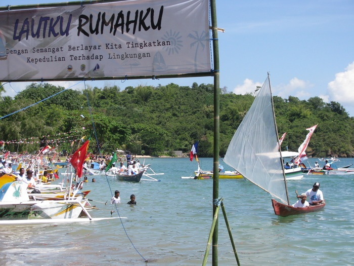 Finish line: One of fishermen named Hasanudin is entering the finish line on his ketinting boat. (Photo by Markus Makur)