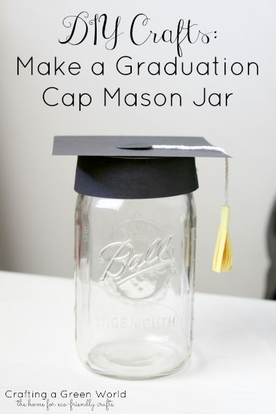Want to give your graduation gift in style this year? Make DIY crafts like this graduation cap mason jar!