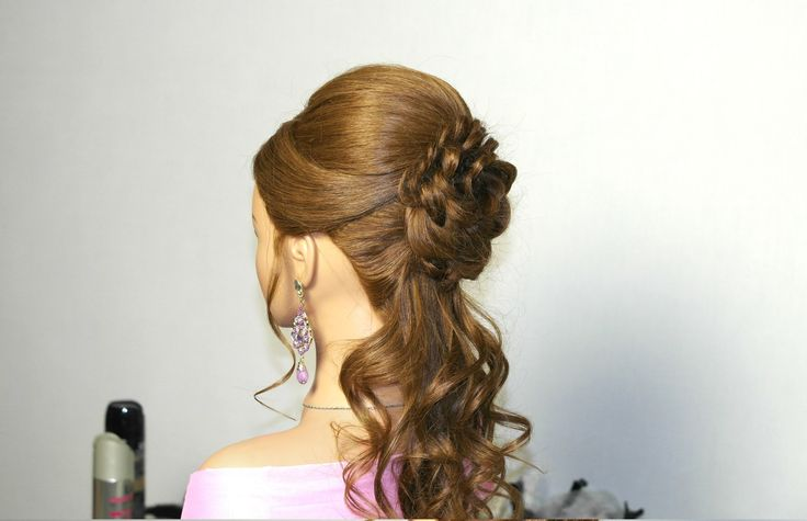 Romantic prom hairstyle for long hair with braided flower. Прическа на в...