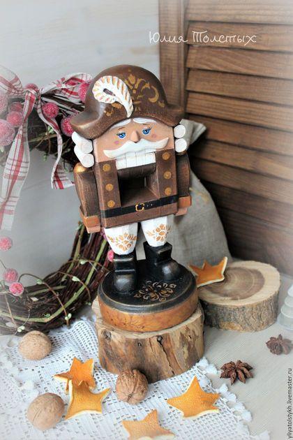 Новый год 2017 ручной работы. Ярмарка Мастеров - ручная работа. Купить Щелкунчик деревянная кукла. Handmade. Коричневый, рождественский подарок