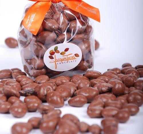 Las pasitas o arándanos cubiertos de chocolate son deliciosos incluso las versiones sugar free, y puedes envolver en una bolsita de celofán y un listón navideño, o bien en una copa de plástico con cascabeles y nochebuenas.