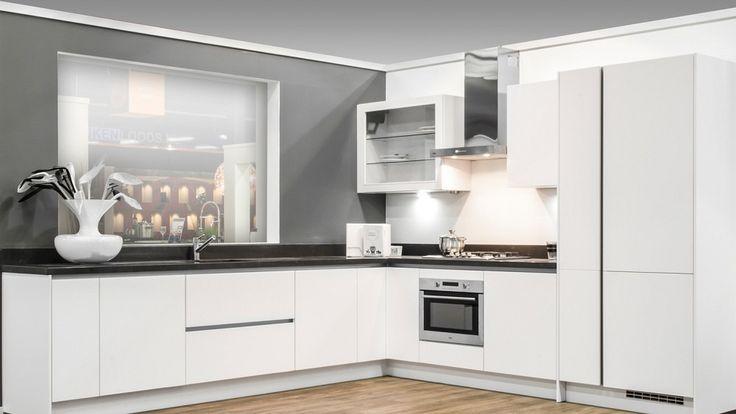 Keukenloods.nl - Moderne hoekkeuken met composiet werkblad en greeploos design. Ook is de keuken voorzien van Pelgrim apparatuur. Bekijk deze keuken in vestiging Zaandam.