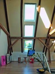 Für ein Optimum an Tageslicht sorgt die Aneinanderreihung einzelner Dachfenster zu einem Lichtband. Foto: Velux