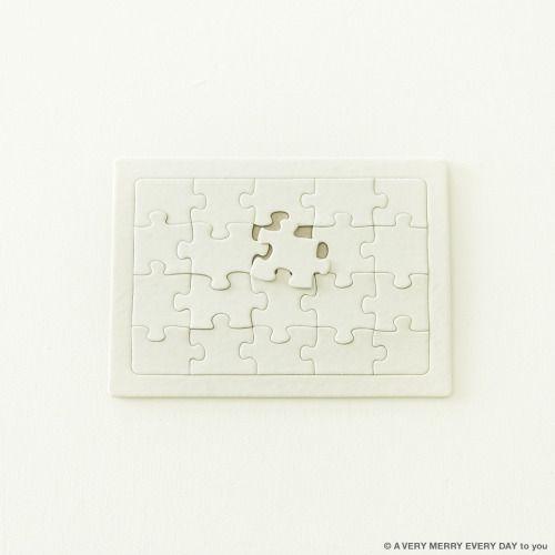 National Puzzle Day...  National Puzzle Day US  パズルの日っていうのがあるんです おもしろいですよね たまたま白いジグソーパズルを持っていたので これを撮ってもらいました  無地なのでイラストやメッセージをかけば 自分だけのオリジナルパズルになるというもの プレゼントに添えたりしてもたのしそうです 岡尾美代子
