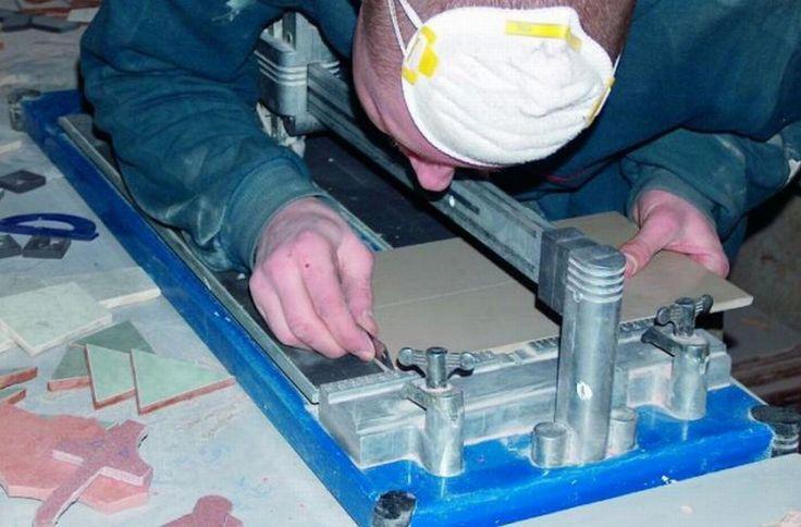Jednym z początkowych etapów prac było pocięcie płytek gresowych za pomocą przecinarki.  Fot. RENE Usługi Remontowo-Budowlane