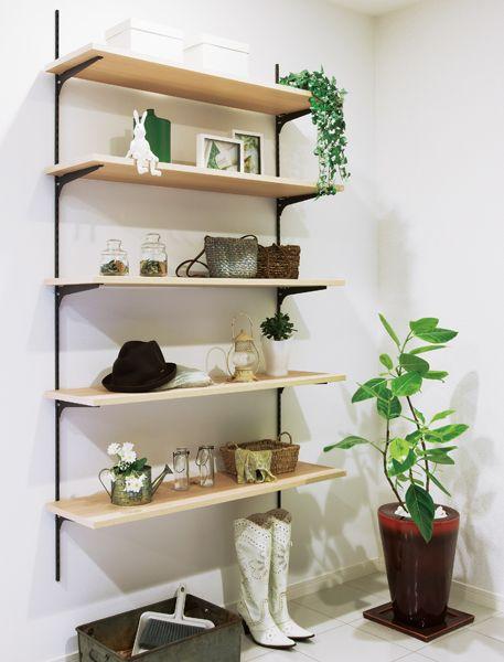 玄関をすっきりとさせたい方にオススメです。棚柱で、お出かけに必要な小物などをおける棚をつくってみましょう。強度を考えてつくれば、シューズボックス代わりにもなり圧迫感も軽減されますね。