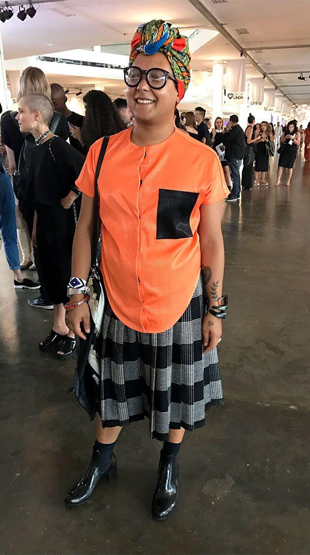 Não poderiamos deixar de clicar o look de Isaac Silva - estilista que desfila na Casa de Criadores! Blusa de Gefferson Vila Nova, saia e bolsa de brechó e lenço da Mamma, uma nigeriana que faz turbantes!
