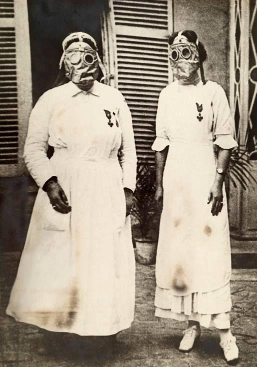 Enfermeras americanas con máscaras de gas en una linea del frente durante la Primera Guerra Mundial. Esta imagen nos muestra las duras condiciones de trabajo del personal sanitario en aquella época. Hospital del Ejército de Estados Unidos. Ubicación Francia. Fotografiadas por Paul Thompson para National Geographic.