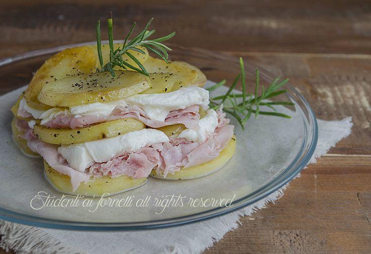 La parmigiana fredda di patate prosciutto e mozzarella è un secondo piatto gustoso estivo. La versione fredda della parmigiana di patate, facile e veloce.