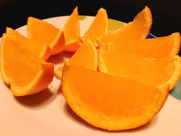 Esta gelatina natural de naranja sin azúcares añadidos es un excelente postre de frutas para niños. Es super fácil y rápida y ellos comerán frutas jugando.