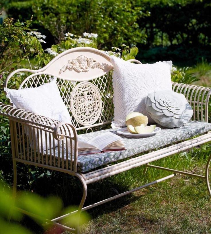 Szép kert, szép pad, szép párnák - remélhetőleg a könyv is az :)