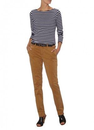 Het combineren van een Chino broek kan een hele opgave zijn. De meeste vrouwen laten deze broek links liggen omdat ze er geen combinaties op kunnen bedenken. Dat is zonde, want het zijn extreem hippe broeken die je absoluut eens in de zoveel tijd moet dragen