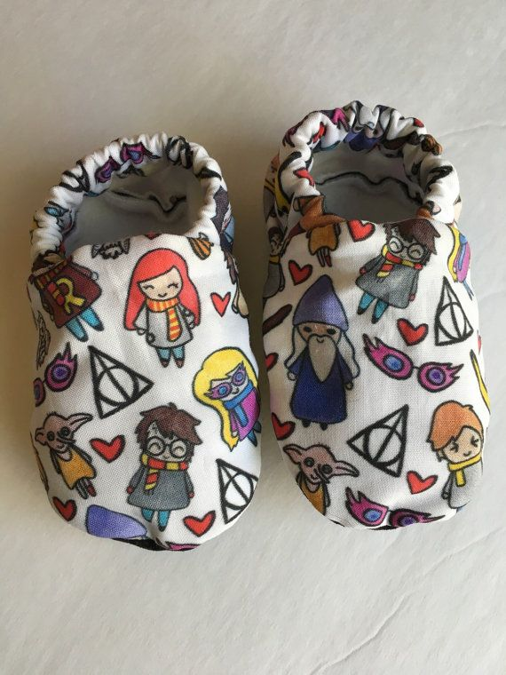 Harry Potter baby booties are perfect for newborns up to new walkers! With a soft fleece sole, cotton flannel on the inside and lightweight cotton fabric on the outside, these baby shoes are a perfect addition to your babys wardrobe.  HOW TO ORDER:  ►SOLE