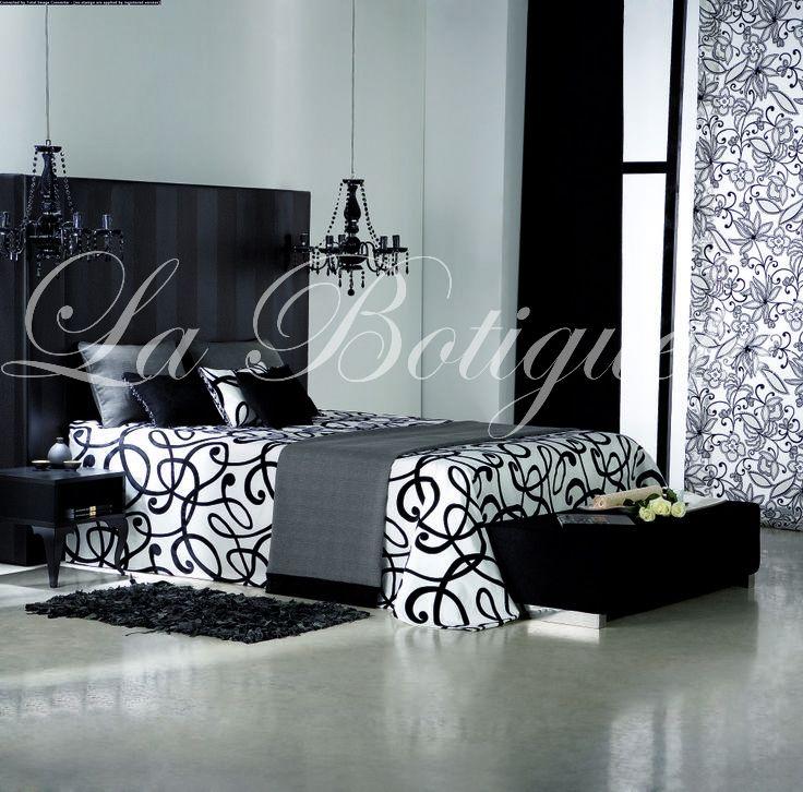 Cabezal negro combinado con el resto de textiles de la habitación