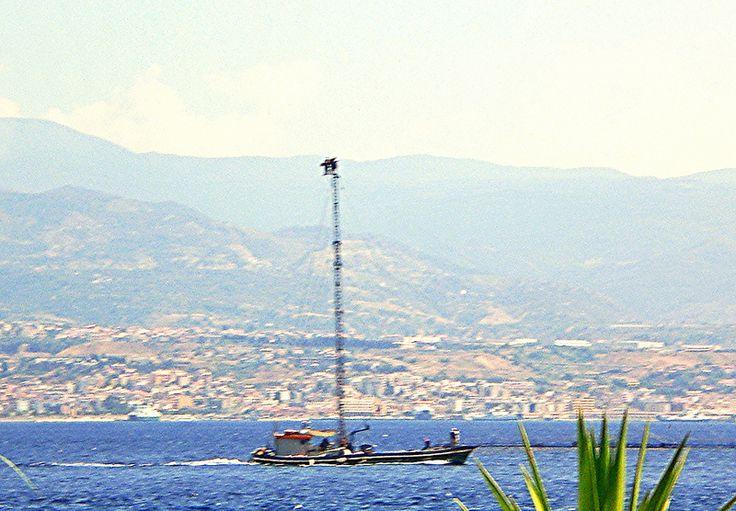 """Messina - Una tipica """"spadara"""" o """"feluca"""", imbarcazione tradizionale per la pesca del pesce-spada in uso unicamente nella zona dello Stretto di Messina (sullo sfondo la città di Reggio Calabria)  da Lorenzo Sturiale"""