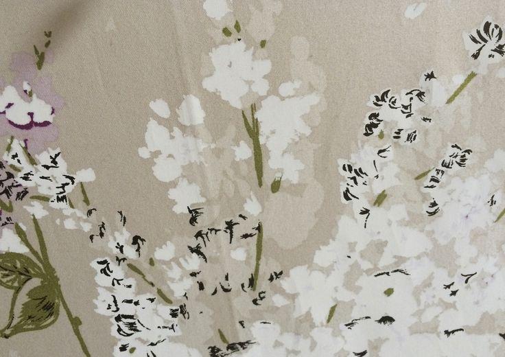 Particolare di pannello in tessuto di cinz con fiori di lillà. Nina Campbell. Collezione privata di STRATEGIC-DESIGN