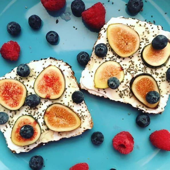J'A-DORE. LE. PAIN. Ça ne me fait pas peur de manger des glucides. Je mange ce que je veux et je l'intègre dans le calcul de mes macronutriments. D'ailleurs, vous trouverez ici tout ce qu'il vous faut savoir sur les glucides. Les ingrédients illustrés: pain à la farine de lin, yaourt nature sans matière grasse, graines de chia, figues fraîches, myrtilles et miel.
