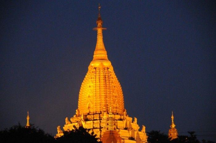 La nuit de Bagan est illuminée par des stupas dorés à l'#or fin… ©Salaün Holidays