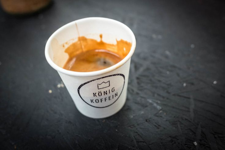 Fresh espresso at Des Königs Café Castle. Pop-Up Café von König Koffein in der Alten Münze in Berlin. Becher sind kompostierbar!