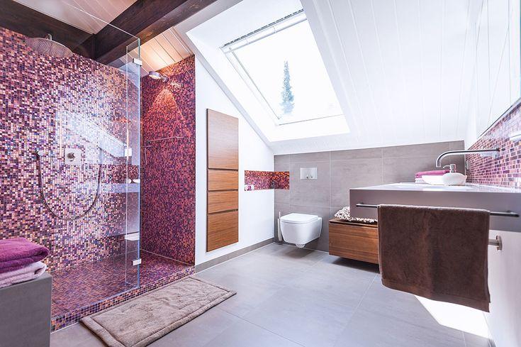Modernes G?stebad Mit Dusche : Dachbalken, eine Schr?ge mit gro?em Dachfenster, das G?stebad mit