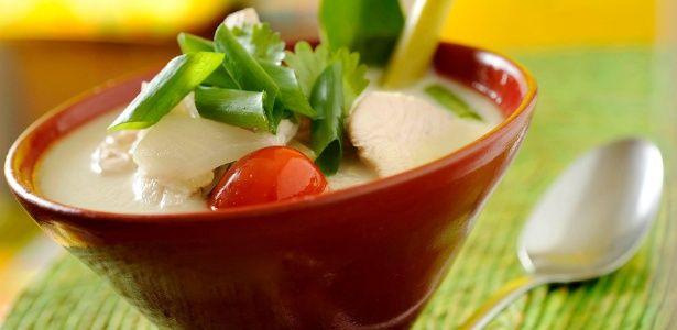 Tom Khaa Gai (sopa de frango e leite de coco tailandês) - 31/05/2014 - UOL Estilo de vida
