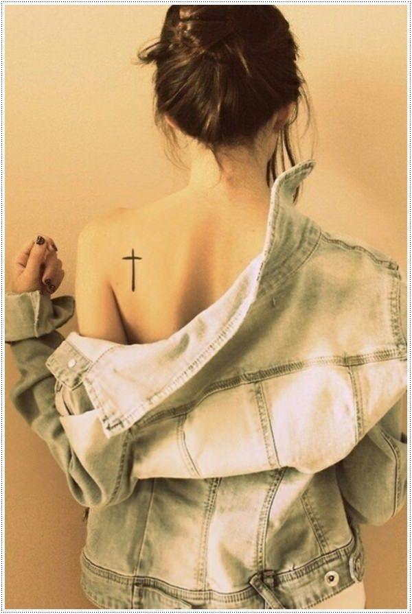 30-tatuagem-feminina-cruz-costas