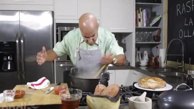 ¡La cocina huele a Navidad!  Esta semana el chef Piñeiro te muestra la manera fácil y sabrosa de preparar el pernil al caldero.