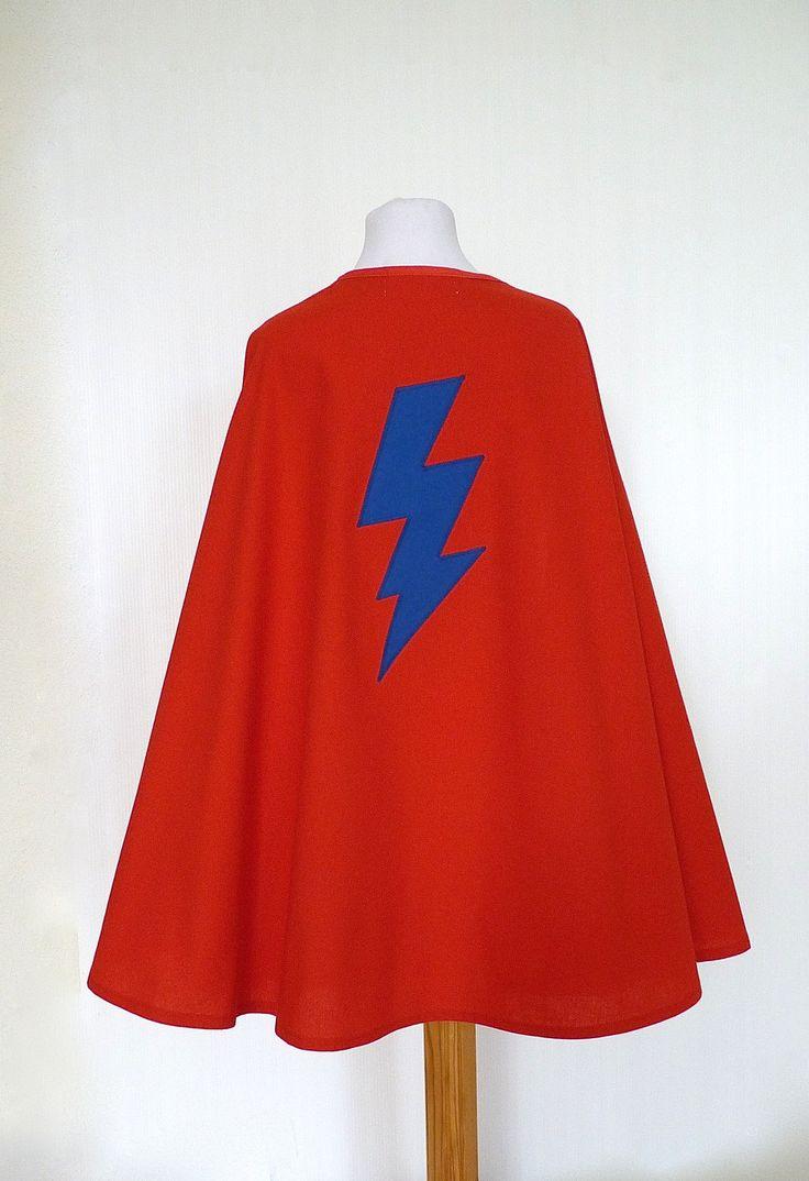 Cape de Super Héros rouge avec un éclair bleu + masque réversible rouge et bleu : Ecole et loisirs par la-fee-brochette