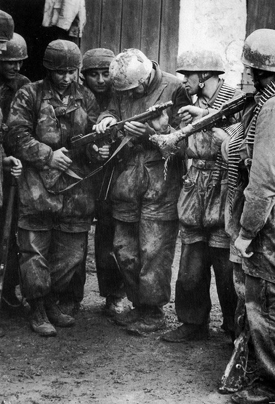 Fallschirmjaeger( German Paratroopers)                      Ardennes Dec.16th-Jan,25 ,1945, Belgium WWII  Examinando una ametralladora Thompson Mk1 norteamericana cal. 45