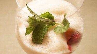Rieslingzabaione mit Holunderblütensirup von Kerstin Loy bei der Landfrauenküche | Bild: BR/megaherz GmbH