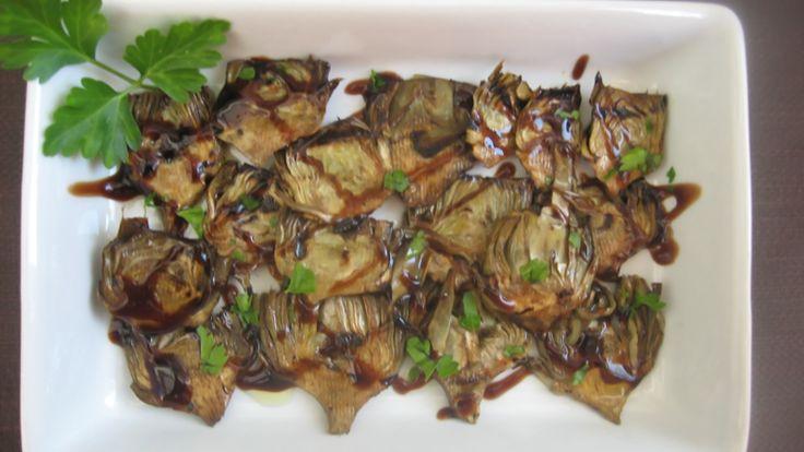 Ci sono mille modi e mille ricette con i carciofi. Oggi li prepariamo alla piastra con riduzione di aceto balsamico. Semplici e gustosi! Ricetta su: http://pizzicodisale.it/carciofi-piastrati-crema-aceto-balsamico/
