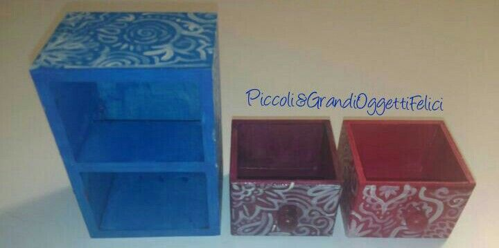"Mini cassettiera da scrivania ""Ele"" Completamente dipinta a mano.  #handmade #piccoliegrandioggettifelici #azzurro #blue #pink #violet #viola #rosa #ideeregalo #gift #cassetti  Follow us also on facebook https://m.facebook.com/Piccoli-e-grandi-oggetti-felici-253006854873386/"