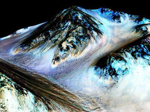 Na nagraniu opublikowanym przez NASA widać ciemne smugi, które pojawiają się na powierzchni Czerwonej Planety. Naukowcy są zdania, że jest to woda w stanie ciekłym. O swoim odkryciu poinformowali na s...