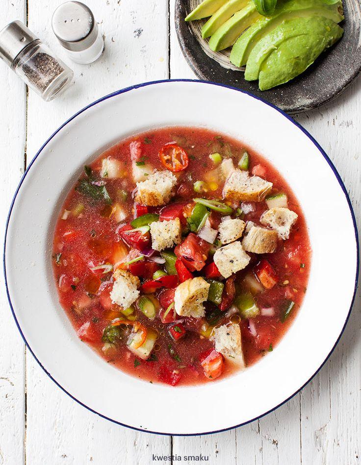 Chłodnik z pomidorów z salsą ze świeżych warzyw i awokado