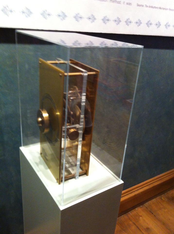 Αναλογικός Υπολογιστή των Αντικυθήρων.   The Antikythera calculating mechanism (a ... laptop from the antiquity)