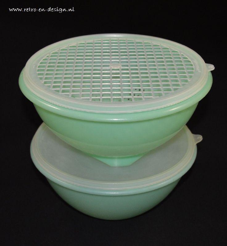 Tupperware vergiet en schaal    Tupperware vergiet  Vintage Tupperware Groen vergiet of zeef met deksel. Gemaakt in de jaren '60/'70. Dit vergiet heeft de witte zeef top, zodat u al het water uit de gespoelde groente of fruit kan schudden.  Tupperware Wonderlier Bowl  Grote voorraad Wonderlier schaal voor het vers bewaren van voedsel.  zie: http://www.retro-en-design.nl/a-41496288/tupperware/tupperware-vergiet-en-schaal/