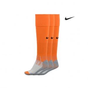 Oranje Voetbalsokken Nike. Deze oranje voetbalsokken van het merk Nike dragen zeer comfortabel. De oranje sokken zijn voorzien van het Nike Swoosh logo en rond de enkel is extra verstevigend elastiek aangebracht. De sokken zijn anatomisch gevormd zodat je een aparte linker- en rechter sok hebt. Deze oranje Nike sokken worden geleverd in een set van drie paar, extra oranje korting dus!