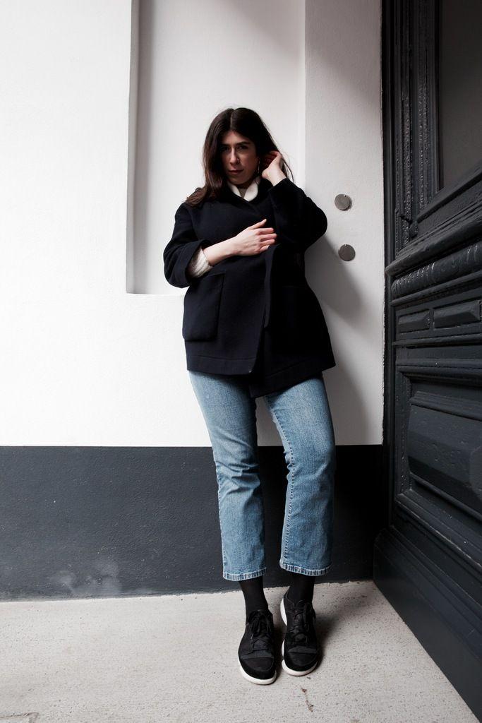 Outfit Inspiration. Wir kämpfen uns durch den kalten Winter in einer neuen Runde Office Gear. Yildiz trägt einen marine blauen Kimono Mantel von COS, eine vintage cropped Jeans von Levi's, schwarze Sneakers von Clarks und eine Strickjacke von Custommade. #ootd #outfit #look #style #outfitinspiration #trend #fashion #vintage #kimono #scandic #minimalistic #minimal #brunette #officegear #casual #winter