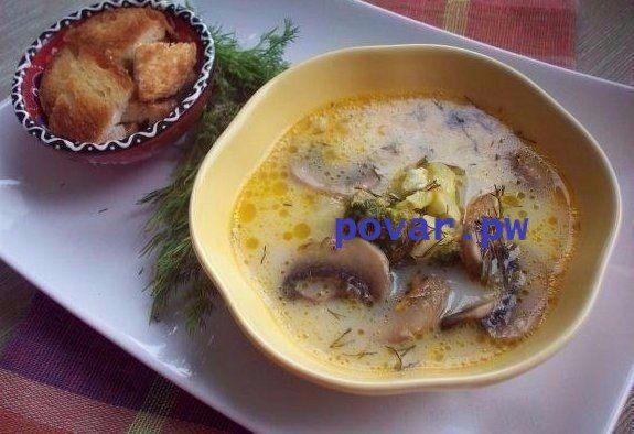 10 рецептов сырных супов    1. Сырный суп (с шампиньонами и брокколи)  Ингредиенты:  Шампиньоны — 5-7 шт. Сырки — 2 шт. Брокколи — 200 г Картофель — 1-2 шт. Морковь — 1 шт. Соль, растительное масло для обжарки  Приготовление:  1. Шампиньоны нарезаем. Обжариваем минут 5-10. Морковку трем на терке и тоже обжариваем. 2. Брокколи разделяем по соцветиям, на кусочки помельче.  3. Можно брать свежую брокколи (в сезон), можно воспользоваться и замороженной.  4. В таком случае перед приготовлением…