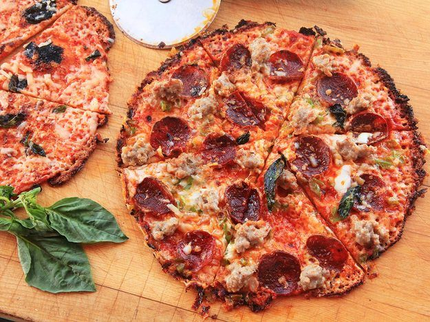 Use A Cast Iron Pan and a Tortilla to Make Bar-Style Pizza in Under 12 Minutes http://www.caccabe.it/