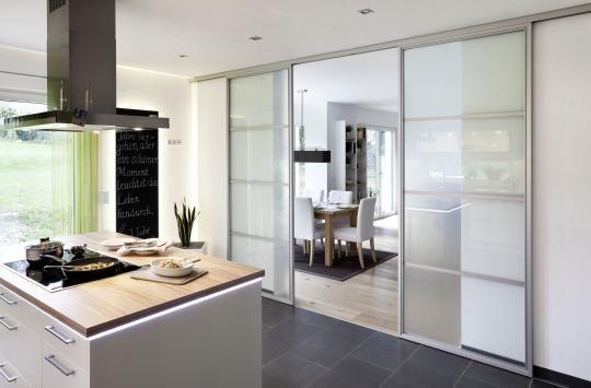 Puertas correderas de paso entre comedor y cocina de ADVANTAGE, abiertas.