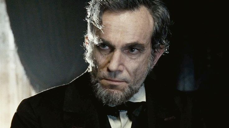 """Daniel Day Lewis. Daniel Day Lewis é provavelmente o melhor ator de sua geração, se recusando a sair de seus papéis até mesmo fora do set de filmagens. Em 'My left Foot' Lewis interpretou um portador de necessidades especiais, por se recusar a sair da cadeira de rodas, a produção teve que adaptar o set para que o ator pudesse se movimentar à vontade. Em 'Lincoln', o ator leu mais de 100 livros sobre o ex-presidente, além de assinar todos os textos com a letra """"A"""", de Abraham."""
